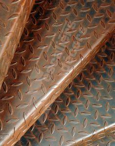 Photo DH51 - SPIR'DÉCO® Larmé. Escalier hélicoïdal intérieur en métal rouillé pour une décoration de style industriel ou pour un jardin d'hiver. Marches en tôle larmée anti-dérapante pliée. Finition : acier brut oxydé et vernis. - © Photo : Vanessa DESCHUYTENEER