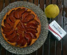 Κυδώνι, το μήλο της Έριδας ή ένα από τα χρυσά μήλατων Εσπερίδων; Και τα δύο θα έλεγα. όμως εδώτα υπέροχα κυδώνια γίνονται το κεντρικό θέμα μιαςλαχταριστής τάρτας μεβουτυράτηζύμη.Την έφτιαξα στη λογική της τάρτ τατέν -κάτω το φρούτο πάνω η ζύμη δηλαδή - μόνο που αντί για σφολιάτα σκέπασα τα κυδώνια …