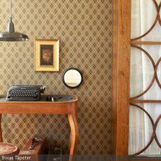 Retro wird hier groß geschrieben! Vintagemöbel und Mustertapete mit geometrischem Motiv geben diesem Zimmer seinen eigenen Charme. Flohmarktfunde oder Erbstücke …