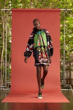 The complete Cynthia Rowley Resort 2017 fashion show now on Vogue Runway. Fashion 2017, Fashion Brands, Fashion Show, Fashion Designers, 2017 Inspiration, Resort 2017, Mixing Prints, Cynthia Rowley, Fashion Lookbook