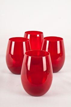 Lúcete sirviendo tu mesa con vasos de color rojo. La Navidad en tu hogar