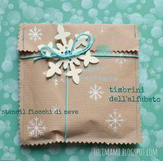 Ho deciso di dedicare i DIY di oggi e di mercoledì prossimo ai pacchetti regalo, non servono grandi istruzioni, bastano le foto. Ho usato semplice carta da pacchi piegata e cucita con la macchina da cucire. Il fiocco di neve di carta è un regalo che ci ha fatto Roberta Amabito al craft party pacchettereccio …