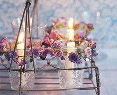 Nur begrenzt haltbar, aber bildhübsch: Einige Glockenblumen mit dünnem Draht umwickeln, bis eine Girlande daraus wird. Diese um ein Glas winden und Kerze...