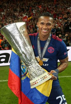 ⤵️ Official : Antonio Valencia renews his contract with Manchester United to continue as a player for the team until June with the option of extensio Manchester United Champions, Manchester United Players, Real Madrid, Stockholm, Antonio Valencia, Man Utd Squad, Barcelona, Sir Alex Ferguson, Soccer Skills