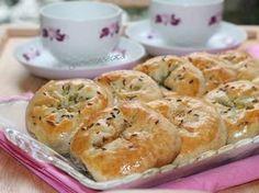 Фото к рецепту: Булочки на кефире с оливками и зеленью