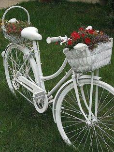 26 garden junk ideas - How to create unique garden art from junk - white bike holding flowers Old Bicycle, Bicycle Art, Old Bikes, Unique Garden Decor, Unique Gardens, Garden Decorations, Diy Decoration, Garden Crafts, Garden Projects