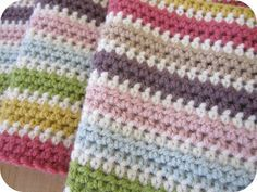 No real pattern, just a row of half double crochet in colors with a white single crochet row between each - very cute! No real pattern, just a row of half double crochet in colors with a white single crochet row between each - very cute! Crochet Unique, Crochet Diy, Crochet Afgans, Manta Crochet, Love Crochet, Crochet Crafts, Crochet Projects, Diy Crafts, Motifs Afghans