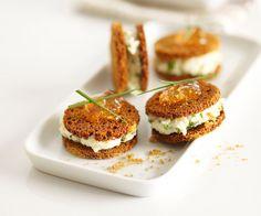 Voici une recette facile de petites bouchées de fromage au pain d'épices. Parfaites pour en entrée ou en amuse-bouche !