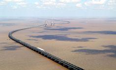 """Le pont de Donghai 东海大桥 (littéralement """"Grand pont de la mer orientale"""") en Chine est, en 2005, le plus long pont du monde. Il relie sur 32,5 km — dont 26 km en continu au-dessus de la mer — la ville de Shanghai aux îles Yangshan, sur lesquelles est en train d'être construit le port de Yangshan, le plus grand port en eaux profondes du monde. Il a été inauguré le 1er décembre 2005. 东海 (Donghai en chinois, donghae en coréen) signifie """"mer orientale"""", 洋山 (Yangshan) signifie """"montagne de…"""