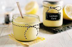 """Zitronencreme - """"Ein Hoch auf die Zitrone! Denn sie ist als Hauptzutat dieses fruchtig-feinen Brotaufstrichs ein echter Wachmacher zum Frühstück. Streicht man die Creme auf frisch gebackene Brötchen, kann man davon einfach nicht genug bekommen. Probiert unser eifreies Rezept selbst aus."""""""