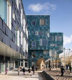 Copenhagen School, Foto:©Adam Mark - In Kopenhagen wird ein riesiger Schulkomplex von 12.000 Solarpaneelen bekleidet. Diese decken die Hälfte des jährlichen Strombedarfs der Schule. Aber nicht nur diese Besonderheit hat die Schule zu bieten.