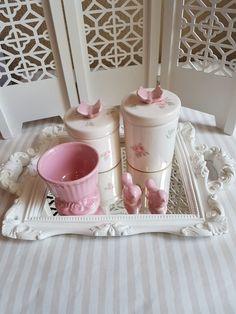 Kit higiene com 2 potes, molhadeira, bandeja espelhada retangular com alça. Brinde, passarinho ou kit tênis para menino ou sapatinho para menina ou mini vasinho.    http://www.elo7.com.br/kit-higiene-poa-rosa-com-termica/dp/5A27A7  Opcionais:  Pote para alcool gel: cor lisa, floral ou poá  Moring...