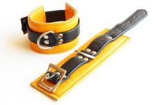 Bondage echtes Leder gepolstert gelb und Schwarz Wrist Restraints - Handfesseln Top Qualität 6 cm breit .