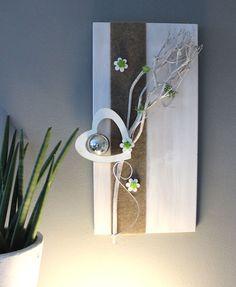 WD114 – Holzbrett weiß gebeizt, dekoriert mit natürlichen Materialien, Filzband, Holz-Herz, Holzblumen, Edelstahlkugel und künstlichen Sukkulenten! Preis 54,90€ Größe 30x60cm