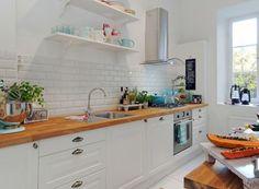 белая кухня, деревянная столешница