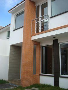 Acceso principal y balcón. Residencia Milenio III