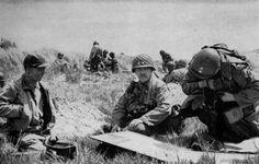 Cette photo a été prise le jour J, le 6 Juin, 1944. Gen. Barton (centre) est au premier poste de commandement de la 4e division d' infanterie sur Utah Beach. Barton émet des ordres pour le déploiement du 746e bataillon de chars. Photo et légende de courtoisie du 1er Bataillon, 22ème (www.1-22infantry.org)