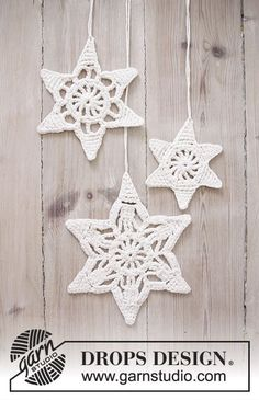 "www.wollengel.de Wishing Stars - DROPS Weihnachten: Gehäkelte DROPS Sterne in ""Cotton Light"" mit Lochmuster. - Free pattern by DROPS Design"
