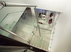 #Escalier - Hélicoïdal avec marches en verre, structure en acier. www.escaliers-echelle-europeenne.com