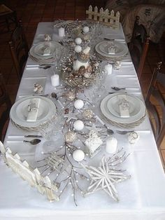 26 Majestic Decoration Table De Noel Rouge Et Blanc Stock Christmas Party Table, Christmas Table Settings, Christmas Tablescapes, Christmas Home, Party Table Decorations, New Years Decorations, Decoration Table, Deco Table Noel, Silver Christmas Decorations