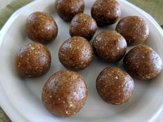 Walnut Oatmeal Date Balls - Healthy and easy snack!