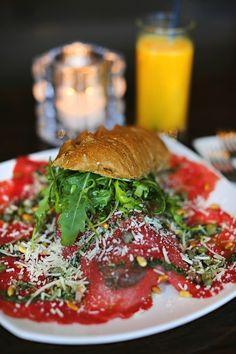 Broodje carpaccio @ Villa Westend Salmon Burgers, Villa, Chicken, Ethnic Recipes, Food, Essen, Meals, Fork, Villas