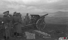 Mise en batterie d'un obusier de campagne 7.5 cm Feldhaubitze 16 (7,5 cm FH 16) lors de manœuvres du 179 Artillerie Ersatz Abteilung (179e bataillon d'artillerie de réserve). Date : 1941