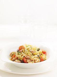Recette de linguines au thon et aux olives de Ricardo. Recette rapide de pâtes au poisson prête en 25 minutes. Avec olives, linguines, oignon, thon, tomates cerise, ail, persil plat, jus de citron...