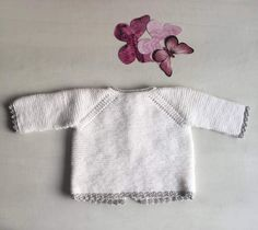 This tricot jersey is a very simple task for those who want to start with fine wool for baby,it's simple and easy, all you need is to have a little patience Baby Knitting Patterns, Knitting For Kids, Baby Patterns, Diy Crafts Knitting, Loom Knitting, Baby Pullover, Baby Cardigan, Bebe Baby, Knitted Baby Clothes