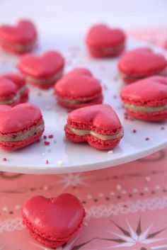 Heart shaped Macaroons as centerpiece and dessert. Macaron Cookies, Macaron Recipe, Red Macarons, Pink Macaroons, Dessert Saint Valentin, Cute Food, Yummy Food, French Macaroons, Snacks