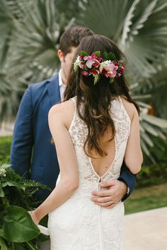 Tropical Wedding Ideas That Will Transform Your Big Day Into an Oasis Tropical themes are the perfect summer touch for your wedding. Here are 41 ideas that will brighten Beach Wedding Hair, Dream Wedding, Wedding Day, Summer Wedding, Wedding Bride, Wedding Flowers, Church Wedding, Rustic Wedding, Wedding Stuff
