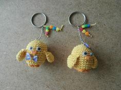llaveros con pollitos a crochet adornados con abalorios
