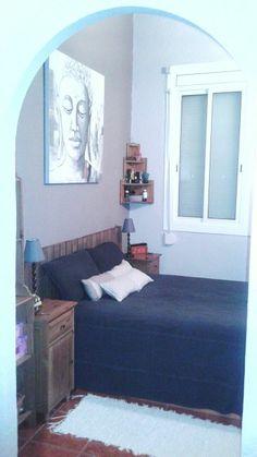 Habitación matrimonio decorada en colores gris piedra y marrón topo con cabecero madera,