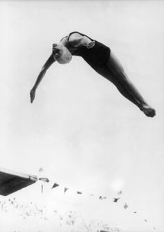 16 Images That Will Make You Truly Appreciate The Power Of A Woman's Body Marjorie Gestring Diving At The Olympic Games Of Berlin In 1936 6 Photos, Pictures, Vintage Swim, Photocollage, Action Poses, Monochrom, Pose Reference, Vintage Photography, Portrait