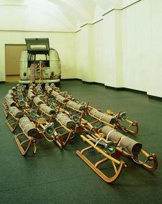 """Joseph Beuys, """"Das Rudel (The Pack)"""", 1969, Volkswagen bus, 24 drewniane sanki, filc, latarki, tłuszcz, rozmiar 200 x 400 x 1000"""