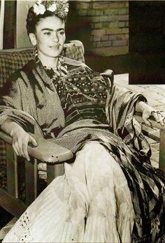 Frida+Kahlo,+1930s-40s+(18).jpg 1 083 × 1 600 pixels