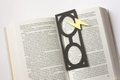 "DIY / Punto de libro ""Harry Potter"" Here you get bookmarks of harry potter you can have fun coloring.click this pin and get your harry potter bookmarks. Harry Potter Diy, Marque Page Harry Potter, Hery Potter, Harry Potter Bookmark, Theme Harry Potter, Harry Potter Birthday, Harry Potter World, Creative Bookmarks, Bookmarks Kids"