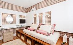 A arquiteta Débora Dalanezi apostou em uma bancada multifunctional, com o espelho com ar romântico. Na base da cama, nichos ajudam na organização. Foto: Divulgação
