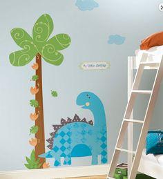 O adesivo de parede de dinossauro é uma opção animada de decorar o quarto das crianças, e ainda ter a recordação do crescimento do seu filhote. Sua estampa é colorida e tem uma régua de crescimento, onde você pode ir anotando as datas marcantes. É uma recordação para toda a vida!