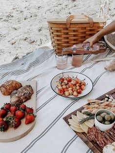 food tips Tips + What to Pack for a Beach Picnic Beach Picnic Foods, Summer Picnic, Picnic On The Beach, Summer Bucket, Bbq Ribs, Comida Picnic, Picnic Date, Romantic Picnics, Romantic Dinners