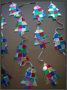 Sapins en pavages de papiers brillants