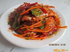 перемешиваем ингредиенты, настаиваем и подаем рыбный салат по-корейски к столу