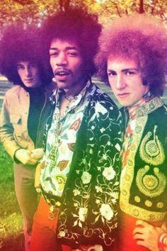 Jimi Hendrix, Noel Redding (baixo) e Mitch Mitchell (bateria), da primeira formação do The Jimi Hendrix Experience, posam para foto promocional em 1967 no Hyde Park, em Londres. Veja mais em: http://semioticas1.blogspot.com.br/2013/05/hendrix-3000.html