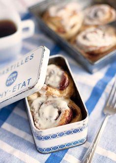 Rollos de canela en cajitas vintage. Sencillos de hacer!  Cinnamon rolls inside vintage style tin boxes wedding favors.