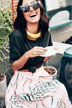 Francesca Monfrinatti usa gargantilha de resina amarela Cine 732, t-shirt preta Banditee e saia mídi rosa estampada Lucas Magalhães em look todo Gallerist.