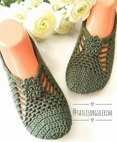 Best 12 Cute Summer Slippers Crochet F Crochet Sandals, Crochet Boots, Crochet Clothes, Knit Crochet, Crochet Slipper Pattern, Knitting Patterns, Shoe Pattern, Knitted Slippers, Crochet Slippers