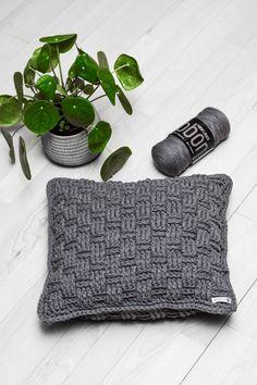 Gratis opskrift: kurvemønstrede puder 30 x 50 cm & 40 x 40 cm - Rito. Crochet Cushion Cover, Knitted Cushions, Ribbon Yarn, Crochet Home Decor, Crochet Yarn, Decorative Pillows, Sewing Crafts, Needlework, Diy And Crafts
