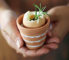 Quem gosta de ovos – e de mesa bonita – sabe que não é fácil encontrar porta-ovos que fujam do modelo tradicional de louça branca. A solução? Procure a peça em lojas de jardinagem. Com um pouco de sal grosso no fundo para dar altura, vasinhos de terracota acomodam o ovo quente com perfeição