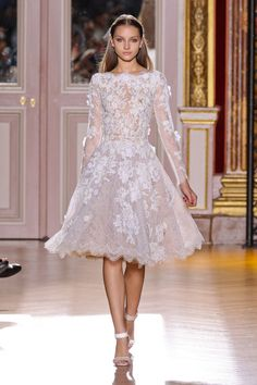 The lace! Gorg short wedding dress from Zuhair Murad Fall 2012 Couture Couture Mode, Couture Fashion, Runway Fashion, Fashion Show, Paris Fashion, Fashion 2014, Fashion Models, High Fashion, Wedding Robe