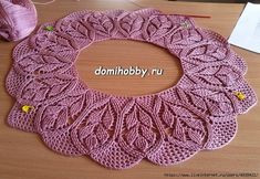 Knitting a round yoke with a pattern of embossed twigs. Col Crochet, Crochet Lace Collar, Crochet Girls, Crochet Baby Clothes, Crochet Blouse, Crochet Stitches Patterns, Baby Knitting Patterns, Lace Knitting, Crochet Designs